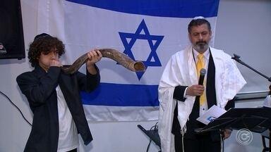 Ano Novo Judaico: Judeus comemoram a chegada do ano 5.780 - Cerimônia para a comemoração do Ano Novo Judeu ocorreu no Centro Cultural Brasil Israel, em Sorocaba (SP).