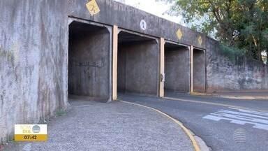 Túnel para pedestres em Presidente Prudente é alvo de reclamação - Prefeitura de Prudente diz que local será limpo nesta semana.