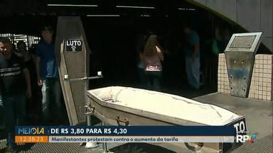 Manifestantes protestam contra aumento da tarifa do ônibus, em PG - Passagem subiu de R$ 3,80 para R$ 4,30 no fim de setembro.