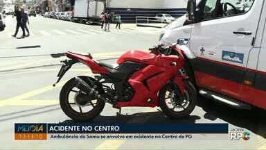 Ambulância do Samu se envolve em acidente no centro de Ponta Grossa - Veículo foi atingido por uma motocicleta, enquanto circulava com luzes e alerta sonoro ligados.