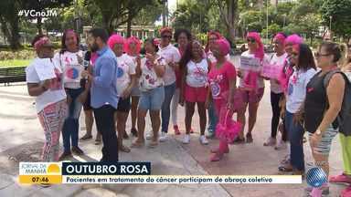 Outubro Rosa: ação promove abraço coletivo com pacientes em tratamento do câncer - Ato distribui laços rosas e informativos para lembrar sobre a importância do autoexame.