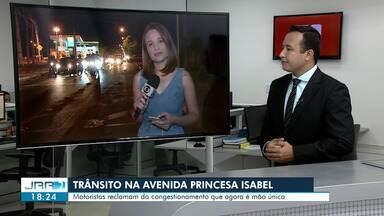 Trânsito na Av. Princesa Isabel segue tranquilo na noite desta segunda (30) em Boa Vista - Motoristas reclamam de adaptações ao trânsito do local que teriam prejudicado o tráfego de veículos.