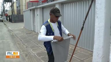 Operação que fiscaliza publicidade irregular recolhe material em ruas de Maceió - Em um único dia, fiscais recolheram 200 equipamentos publicitários.