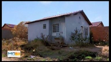 Imóveis do programa Minha Casa Minha Vida estão abandonados em Divinópolis - Prefeitura informou que realizou vistorias nas 463 unidades da Vila das Roseiras. Ação está prevista para terminar no final de outubro.