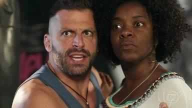 Vânia denuncia Karina por racismo - Madureira apoia a amiga e tenta reter Karina na ONG até a chegada da polícia, mas Vânia a deixa ir embora