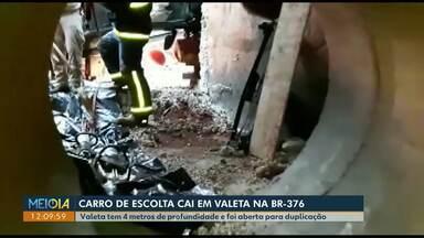 Carro de escolta cai em valeta de quatro metros de profundidade na BR-376 em Apucarana - Dois seguranças ficaram feridos gravemente. Buraco foi aberta para duplicação da rodovia.