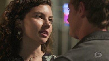 Rita conta a Filipe que engravidou em sua primeira vez - Ela diz que ainda não está pronta para transar com o rapaz
