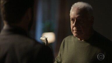 Alberto pressiona Diogo para saber a verdade - Alberto e Diogo se encaram
