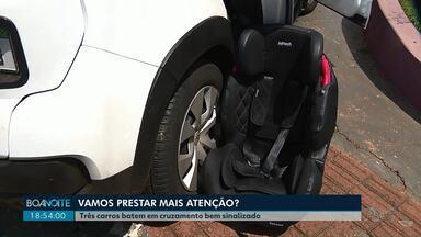 Cadeirinha salva vida de criança em acidente em Londrina - Acidente envolveu três carros e foi no cruzamento da João Cândido com a Jorge Velho