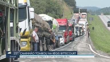 Acidente causa congestionamento na Régis Bittencourt - Carreta tombou na altura do Km 362, próximo a Miracatu. Trânsito foi liberado mas a rodovia permanece com lentidão.