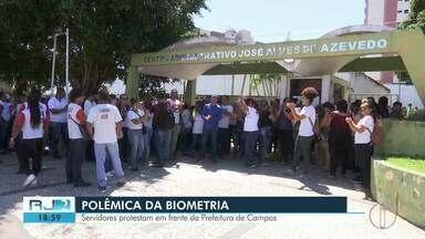 Servidores fazem protesto em frente a Prefeitura de Campos - Sistema de ponto biométrico motivou manifestação.