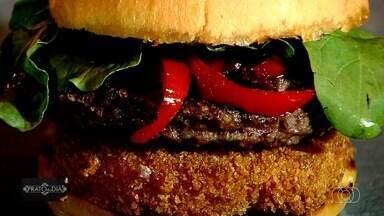 Veja como preparar o 'investidor': hambúrguer com queijo provolone empanado, em Goiânia - Prato do Dia foi a uma das menores sanduicherias da capital – que funciona em um container – para buscar essa receita.