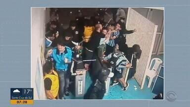 Vídeo mostra invasão de torcedores do Grêmio na Arena no jogo contra o Flamengo - Organização da Arena divulgou que vai investigar o caso.