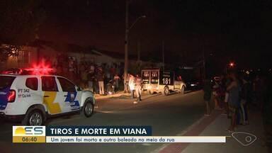 Jovem é morto a tiros e outro fica ferido após ataque de ocupantes de carro em Viana, ES - Homens chegaram atirando.