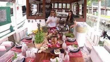 'Sabores Daqui' faz passeio por Paraty a bordo de um barco-restaurante - No mar, equipe do programa experimentou comidas deliciosas.
