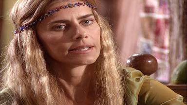 Capítulo de 20/03/2001 - Gisela volta ao seu velho estilo. Santiago olha recortes de jornal e se assusta quando alguém chega perto. Tony recebe a carta de Bob e desaparece.