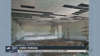 Obra de auditório em Brotas começou há 15 anos e ainda não foi concluída - O prédio está praticamente abandonado.