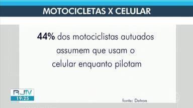 Aumenta número de motociclistas que pilotam usando o celular em Volta Redonda - Comportamento aumenta riscos de acidentes.