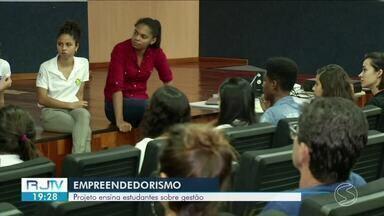 Projeto ensina estudantes sobre gestão em Três Rios - Segundo o Sebrae, 33% dos jovens que empreendem, fizeram alguma capacitação antes de iniciar o negócio.