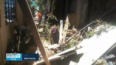 Árvore cai em cima de casa no bairro do Cabula, em Salvador - Ninguém ficou ferido. O telhado do imóvel ficou completamente destruído.