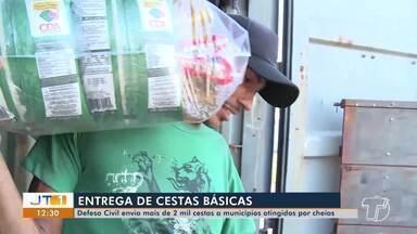 Defesa civil entrega mais de 2 mil cestas básicas a famílias atingidas por cheia dos rios - Outros seis municípios da região já foram beneficiados pelas ações.
