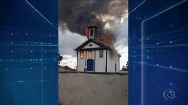 Incêndio destrói capela de mais de 200 anos em Minas Gerais - Polícia investiga causa do incêndio na capela Santa Rita de Cássia.