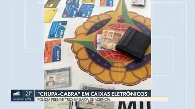 """Polícia prende trio que instalava """"chupa-cabras """" em caixas eletrônicos - Dispositivo retém o cartão das vítimas. Homens foram presos em saída de agência bancária e são suspeitos de integrar quadrilha especilizada."""