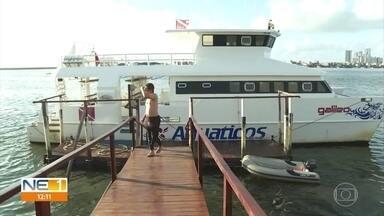 Quatro mergulhadores ficam 13 horas à deriva no mar e são resgatados - Grupo mergulhava a 37 quilômetros da costa e acabou se perdendo do barco que os acompanhava.