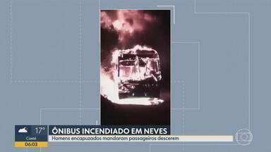 Ônibus é incendiado em Ribeirão das Neves, na Grande BH - Ataque foi na noite desta segunda na Rua Santa Maria do Suaçuí, no bairro Jardim Alvorada.