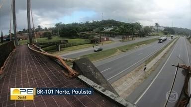 Passarela que atravessa BR-101, no Paulista, apresenta perigo para pedestres - Laterais da passarela, que deveria proteger os pedestres, estão enferrujadas ou inexistentes