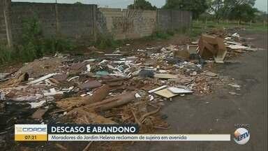 Moradores reclamam de lixo acumulado no Jardim Helena em Ribeirão Preto - Vizinhos dizem que problema é recorrente na Avenida Alfredo Ravanelli.