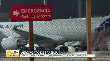 Motoristas reclamam da falta de vagas públicas ao redor do Aeroporto de Brasília - O único estacionamento gratuito que ainda existia no local foi fechado há cerca de duas semanas.