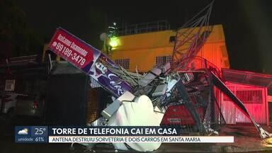 Antena de telefonia cai em Santa Maria e destrói garagem e dois carros - Acidente aconteceu por volta de 22h30 desta terça (8). Uma sorveteria funcionava no local, mas ninguém ficou ferido.