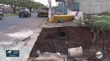 Prefeitura descumpre promessa de construir calçada em Ribeirão Preto - Problema na Avenida Costa e Silva coloca pedestres em risco.
