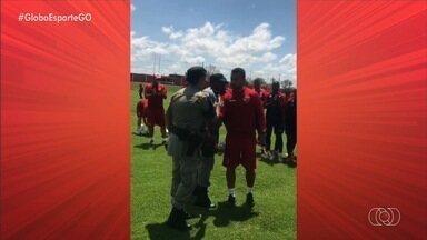 Após confusão no CT, Wesley Matos agradece ação da Polícia Militar - Policiais contiveram torcedores que invadiram o Centro de Treinamento na manhã desta quarta-feira