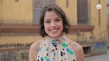 Agatha Moreira comenta cena em que Josiane vende bolos na rua - Atriz revela que se divertiu gravando a sequência