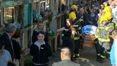 Familiares e amigos se despedem da professora Maria Zulmira Mariano da Rocha - Enterro aconteceu na tarde de ontem no Cemitério Ecumênico Municipal de Santa Maria.