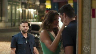 Madureira vê Carla e Marco juntos - Carla agradece por Marco não ter desistido dela e os dois se declaram um para o outro