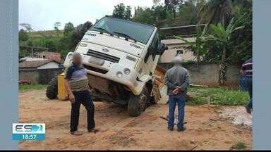 Cratera 'engole' caminhão no pátio de prefeitura de Presidente Kennedy, no Sul do ES - Motorista estacionou em cima de uma fossa que cedeu.