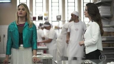 Fabiana pede perdão a Britney diante de todos os funcionários da fábrica - Márcio diz que a empresária pode ser processada pela funcionária por assédio moral