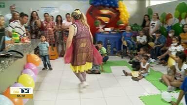 Crianças em tratamento de câncer recebem festa em hospital em Imperatriz - Vestidos à caráter os voluntários anteciparam a festa do Dia das Crianças para lembrar a esses pequenos pacientes que a vida ainda pode ser uma grande brincadeira.