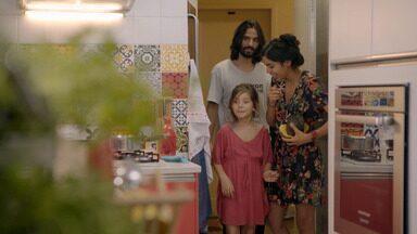 De Volta ao Rio - Bela prepara um almoço com itens que encontra na geladeira e na horta. O casal se prepara para receber amigos e parentes com ajuda de Flor, a filha mais velha.