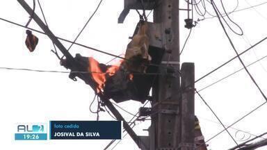 Transformador de poste pega fogo no centro de Maceió - O fogo assustou quem passava pela Rua Pedro Monteiro.