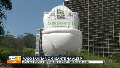 Vaso sanitário gigante quer chamar atenção para o saneamento básico no estado - O vaso inflável de 12 metros de altura, colocado na frente da Assembleia Legislativa, quer lembrar o atraso em saneamento básico no estado de São Paulo.