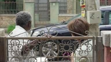 Fabrício e Terezinha comentam sobre uma visita inesperada - Batista chega de carro em frente a casa de Paloma
