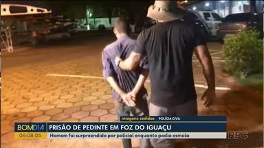 Polícia prende homem que pedia dinheiro nas ruas de Foz do Iguaçu - Ele era foragido da polícia e foi reconhecido.