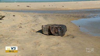Pacotes de borracha continuam aparecendo no litoral do Maranhão - Segundo pesquisadores cearenses os fardos de borracha teriam se desprendido de um navio cargueiro alemão abatido na segunda guerra mundial há 78 anos.