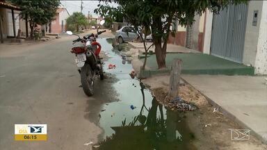 Moradores reclamam de mau cheiro de esgoto em ruas em Imperatriz - Segundo os moradores do bairro Bacuri, os incômodos provocados por um esgoto que escorre pelas ruas tem causado muitos transtornos a eles.