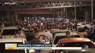 Carreata de grupo de PMs provoca engarrafamento na Avenida Paralela - Passageiros de ônibus chegaram a descer dos veículos e seguiram a pé.