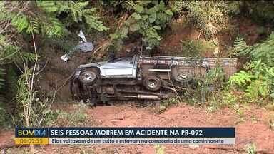 Corpos de vítimas de caminhonete que caiu em ribanceira são velados em Doutor Ulysses - Seis pessoas morreram e mais de 20 ficaram feridas. Elas voltavam de um culto e estavam na carroceria da caminhonete.